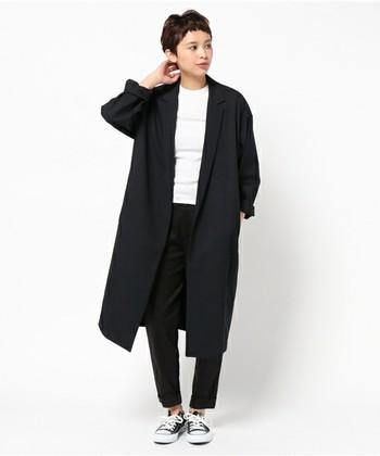 リラックス感ときちんと感、両方を持ち合わせた、すっきりとしたデザインのチェスターコート。袖を無造作に折って着ると、こなれ感が出て素敵です。ワイドパンツなどと合わせても良いですね。