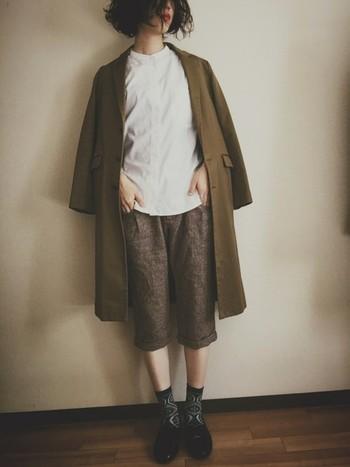 かっちりとしたスタンドカラーシャツとツイードのパンツを合わせたナチュラルなコーディネートに、カーキのチェスターコートを羽織って秋らしく。足元の柄ソックスが良いアクセントになっていますね。