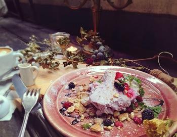 スイーツは見た目にも楽しめる、可愛らしい盛り付けのものばかり!ブルーベリーのレアチーズケーキは、酸味とレアチーズの濃厚さがリピートしたくなる美味しさ。