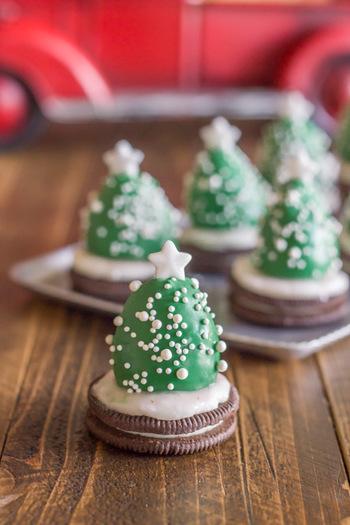 パッと見、「なんだろう?」と思いつつ、一口食べたらなんとイチゴ♪というちょっぴりサプライズなフィンガースイーツです。  〈作り方はとても簡単♪〉 ①イチゴのヘタを取り、溶かした緑色のチョコレートをまんべんなくつける。※こちらは着色料を使ったチョコレートですが、簡単に作るなら抹茶チョコレートがおすすめです。 ②市販のクリームサンドクッキーにアイシングをつけ、その上にコーティングしたイチゴを乗せる。 ③白いカラーシュガーを上からふりかけ、星形のカラーシュガーをトップにつける。