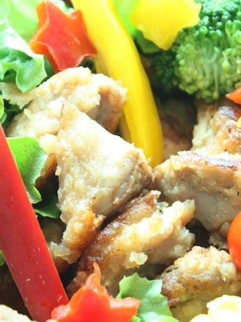 塩麹を使ったさっぱり風味の唐揚げ。しょうゆ味に飽きたときにおすすめですよ。塩麹を使うことによって、お肉がしっとり柔らかくなるのがポイント。
