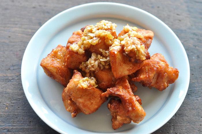 つけだれの調味料はややシンプルに。ネギソースを上からかけていただく唐揚げもおすすめですよ。ゴマ油の風味でちょっぴり中華風に!