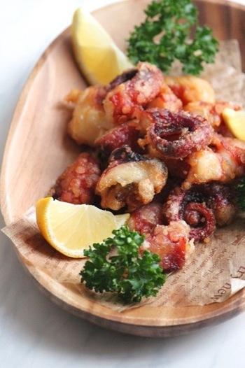 居酒屋鉄板メニューのタコの唐揚げもおすすめです。鶏のから揚げ同様に味をしみこませて揚げるだけ。タコは噛みきりにくいので、やや小さめのサイズで切るのがポイントです。