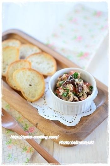 細かく刻んだ材料とスパイスをオリーブオイルで混ぜるだけのディップは、レーズンの甘さが美味しさのアクセント。彩りが良いので、おもてなしの席にもどうぞ。