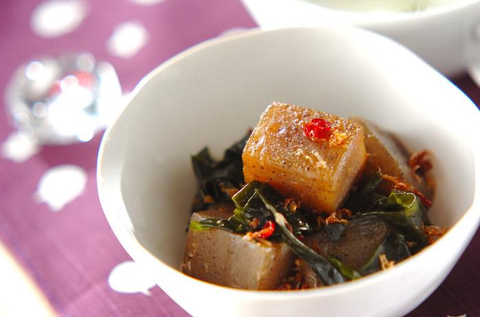 ゴマ油・醤油・赤唐辛子などを使うのでしっかりとした味付けで大満足♪わかめも入れてミネラルもたっぷりカラダが喜ぶレシピですね。