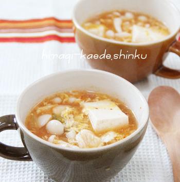 キムチがピリッと効いた豆腐の具沢山スープ。鶏胸肉に片栗粉をまぶしているので豆腐と同じくぷるぷる食感♪豆腐を大きめにカットするとより満足感がアップ!