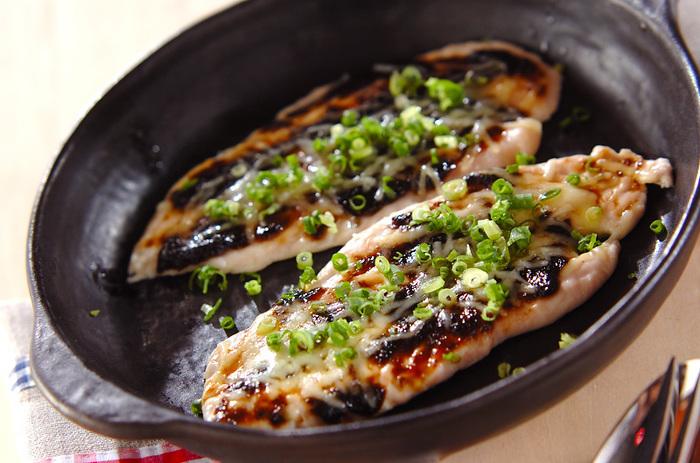 鶏ささみを叩いて広げれば柔らかく・見た目もボリュームアップ!のりの佃煮とチーズを使った磯の風味豊かな一品です。
