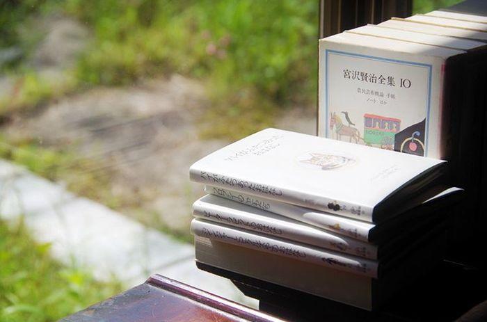 今でも日本国民に愛され続ける、童話作家で詩人の宮沢賢治。1896年に岩手県花巻市で5人兄弟の長男として生を受けた宮沢は37年という短すぎる生涯を閉じますが、彼ののこしてきた作品は今も語り草として様々な世代に受け継がれています。