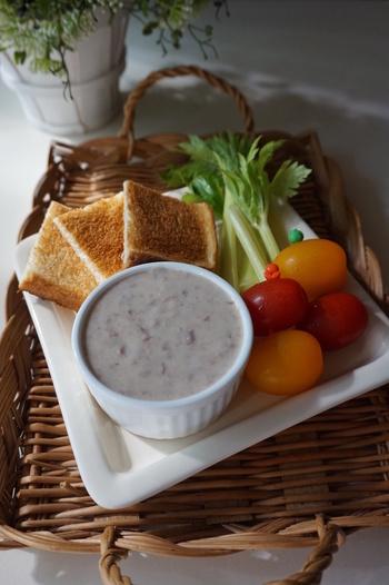 温野菜のディップといえば、バーニャカウダを思い浮かべる人は多いですよね。金時豆の甘さが活きた優しい味わいのディップは、野菜にもパンにもよく合います。ニンニクの風味が、後を引く美味しさ。