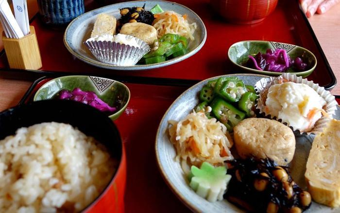 食事は、京風のお惣菜に、炊き込みご飯・香の物・味噌汁が付いた「日替わり定食」。歩き周る途中で頂くのに、丁度良い定食です。