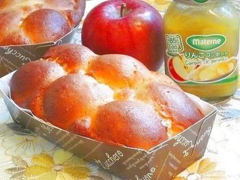 りんごのコンポートを入れたの全粒粉入りちぎりパン。甘いクッキー皮を足しておやつっぽく。