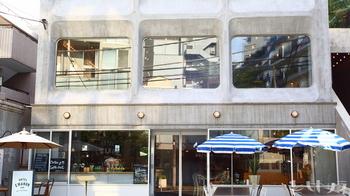 渋谷の住宅街に佇むスタイリッシュで洗練された雰囲気の「Hotel Emanon(ホテルエマトン)」。 こだわりの料理とスペシャルティコーヒーが自慢のカフェです。家具や雑貨などを扱うセレクトショップも併設されています。