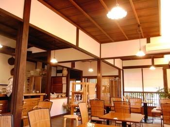 祇王寺から二尊院へと通じる街道沿いにある「甘味カフェ ふらっと」は、食事も出来る、京町家風の甘味処。
