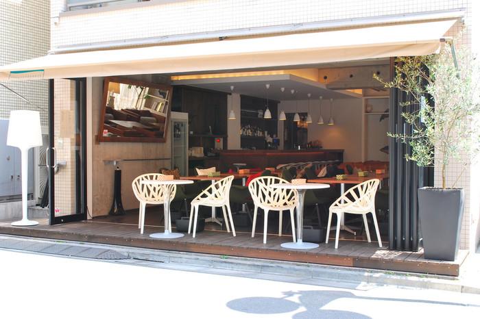 美味しい創作フレンチ料理が人気の「tomigaya TERRACE(トミガヤテラス)」。 オープンテラスからは、温かな太陽の光と風が感じられるカジュアルなお店。