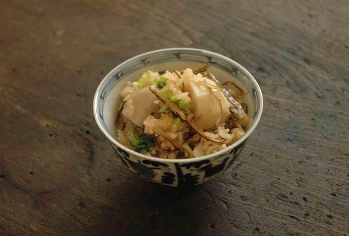 里芋は炊き込みご飯にしてもオススメ。作り方も簡単で、炊飯器にお米を入れたらだし汁に醤油とみりんの順番で加えていき、カットした里芋を乗せて炊飯しましょう。  炊飯している間にもしあれば、カブか大根の葉の部分を塩茹でしておいて、炊き上がった炊飯器に合わせるとより優しい味わいになりますよ♪