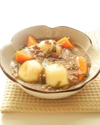 次は里芋のカレーそぼろあんレシピの紹介です。  まずはごま油をフライパンに敷いてカレー粉と一緒に挽き肉を炒めておきましょう。続いて里芋と人参に長ねぎも加えて軽く炒めたら出し汁に醤油、砂糖に酒とみりんで煮込んで蓋をしておきます。  最後に水溶き片栗粉でとろみをつけて器に持ったら完成です。カレーと「和」のお互いの風味が合わさった味わいを楽しめます♪