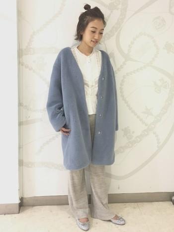 もこもこのシルエットがキュートなVネックのコートは、ストンとシンプルなパンツに合わせてメリハリを。ブラウスをインして、ちゃんとオシャレしてる感は忘れずに。
