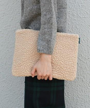 もこもこかわいい、冬のオシャレに欠かせない「ボア」。キャップやバッグなどの小物なら取り入れやすく、さらに触っているだけであたたか♪寒さ対策としても優秀な「ボア」アイテムを取り入れた素敵なコーディネートをご紹介します。