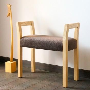 シンプルなホワイトアッシュの玄関スツール。つかみ易く、座面が広く感じるデザイン、日本人の体型に合わせた座面の高さなど、作り手の思いやりが詰まっています。