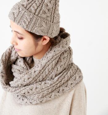 ■ケーブル編みのスヌード■  首に巻くだけで形がきまるスヌードは、忙しい朝にも便利♪立体的なケーブル編みがシンプルなニットに映え小顔効果も期待できます。
