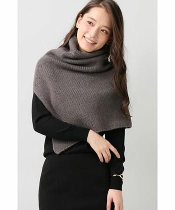 ■ほっこりあたたかなニットケープ■  肩をほっこりあたたかく包み込んでくれるニットケープは、着こなしによってシンプルなファッションにニュアンスが生まれます。首回りの防寒対策にもなるので、薄手のニットコーデの日にも便利ですね。