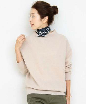 ■シックな色柄のスカーフ■  今年人気のスカーフを巻くスタイル。緩さのあるラフなスタイルの首元に巻くのが今らしいポイントですね。シックな色柄のものを選ぶと取り入れやすいですよ。