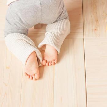 天然素材なので、体に優しくお子様にも安心。裏地には遮音性のあるゴムシートを使っているので、床置きするだけでもずれにくく滑りません。木のぬくもりに囲まれて、ぬくぬくほっこりした憩いの一時が過ごせます。