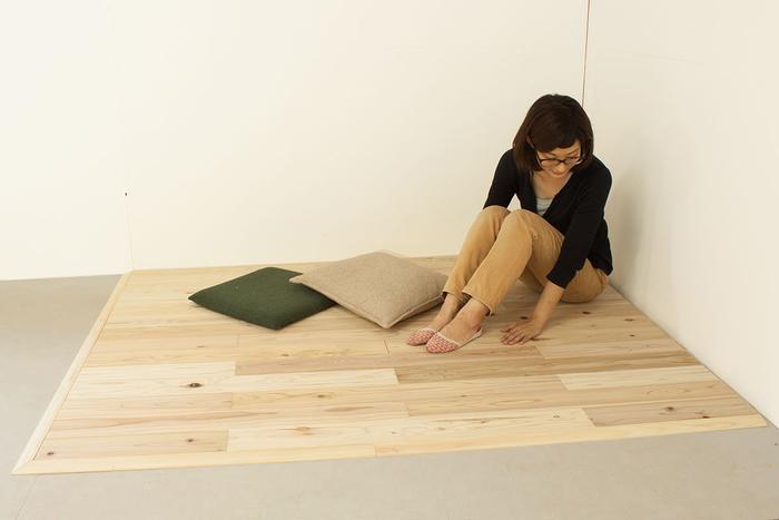 こんな風に、広いお部屋の一画にスペースを作る「島置き」スタイルもいいですね。木の手触りを感じられる、癒しの空間になりそうです。一ヶ所印象を変えるだけで、お部屋の使い方が広がります。