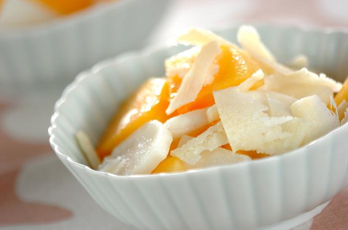 パルメザンチーズを加えた柿とカブのサラダ。秋の味覚を存分に味わえる一品です♪