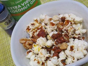 ドライ無花果と胡桃が入ったポップコーンレシピ。 いろいろな食感が楽しく、食べ応えある一品です♪
