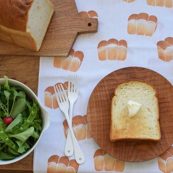朝食時のランチョンマットとして使っても◎。パン柄×本物のパンのユニークなコラボです。