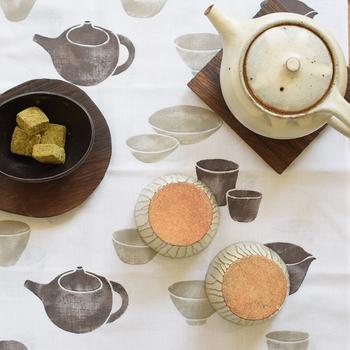 ティータイムのマットとして使っても。茶器と色をそろえてコーディネートを楽しみたいですね。