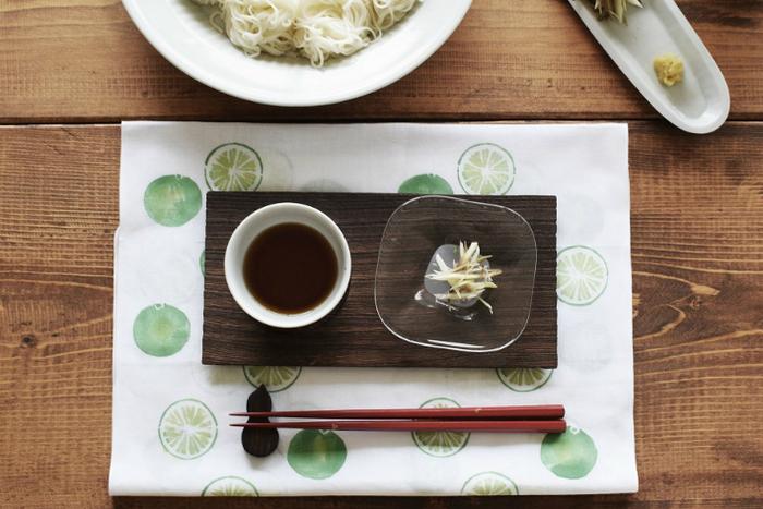 日本で古くから愛され、実用的で伝統的な「手ぬぐい」。モダンでポップなフルーツ柄やパンの柄の「アケモドロ」の手ぬぐいで、日常をワンランクアップさせてみませんか?