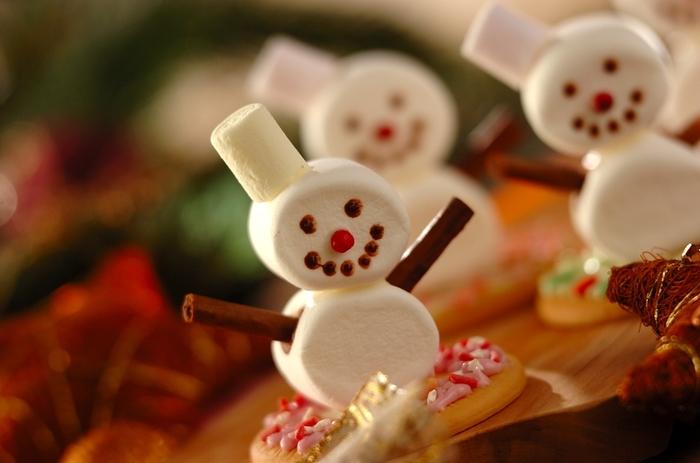 マシュマロを合体させて作る可愛い雪だるまのアイデアがこちら。ビスケットの上に固定されているので、ケーキの飾りとして置いても安定感はバッチリです。