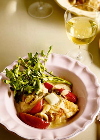 クリスマスなど特別な日にも食卓を豪華に彩ってくれそうなレシピがこちら。鶏肉とりんごのバタークリーム煮です。ワインと一緒に贅沢な時間を過ごせそう。