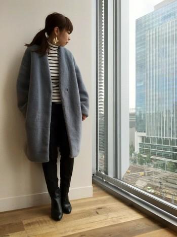 ノーカラーコートには、タートルネックがよく似合います。無地だとシンプルすぎるので、ボーダーを選ぶとちょうどいいバランスになりますよ。