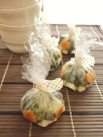 今度は、味噌玉を洋風にアレンジ!味噌の代わりに使ったのは、チーズ♪  材料と一緒に小さく切ってブロッコリーや人参、コンソメと合わせた、その名も「スープ玉」。お湯を注げば、洋風スープの出来上がりです。