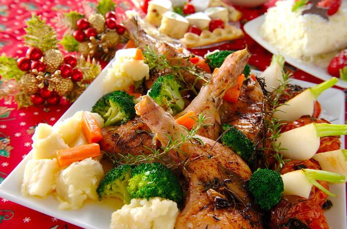 こちらは、ニンニク、ローズマリー、ハーブなどでしっかり香り付けした本格的な一品!付け合わせの野菜も彩りよく盛り付ければ、クリスマスにふさわしい華やかなメイン料理に。