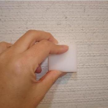 始める前に壁の材質を確認しましょう。クロスでも水拭きが不可の場合もあるので要注意です。一般的なクロスであれば、軽い水ぶきは可能です。  【用意するもの】 ・フローリングワイパー ・ワイパー用シート(ドライ・ウェット) ・メラミンスポンジ ・重曹水(お掃除洗剤)  【お掃除方法】 ワイパーを壁の上から下に滑らせて埃をとり、汚れている部分は洗剤を薄めた水で絞った雑巾で拭く、またはメラミンスポンジでこすります。 ※キッチン周りは油汚れ、窓付近はカビも発生しやすいので、用途に合わせてお掃除をします。