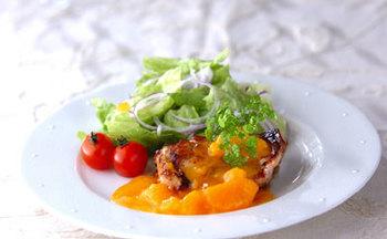 こちらはチキンソテーをみかんソースで楽しめるレシピ*みかんはビタミンCや食物繊維が豊富なので、寒い季節に積極的に食べたい果物です♪
