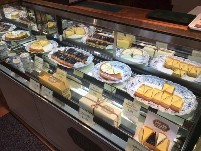 ショーケースにはチーズケーキが整然と並んでいます。手前に見える4種類セットを購入して、食べ比べてみる人が多いそうですよ。