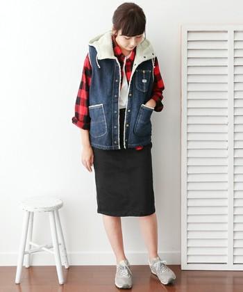 コンパクトなデニムのボアベストをシャツの上にさり気なく羽織って、カジュアルなレイヤースタイルに。タイトスカートと合わせることで、女性らしさも演出できますね。
