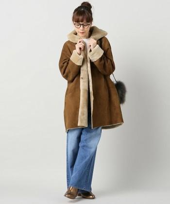 冬のオシャレに欠かせないコートも、やっぱりシンプルなものが不可欠。フードのついたムートンコートなら、カジュアルにもフェミニンにも着こなすことができるので便利♪ワイドなデニムパンツと合わせて、ゆるさときちんと感の共存したバランスの良い着こなしに。