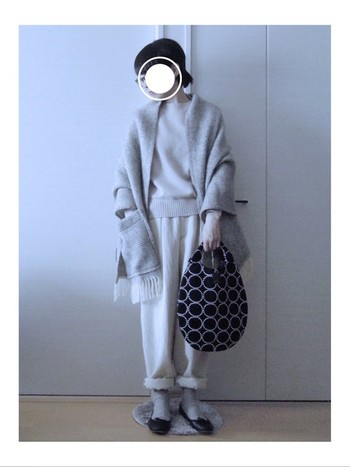 冬に欠かせないショールは、厚手のシンプルなものがひとつあると便利。こちらは、ポケット付きでよりいっそうあたたか。シンプルなニットと柔らかなテーパードパンツのナチュラルな着こなしの上に羽織って、ふんわり優しい冬の装いに。