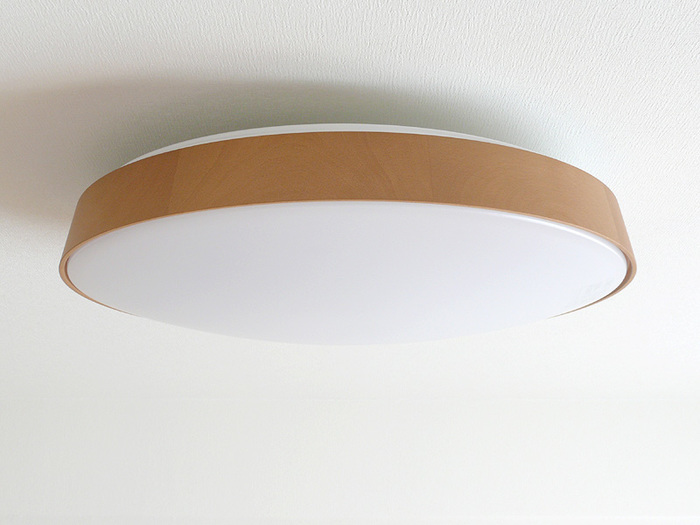 天井付けのアクリル製シーリングライトは、中にたまったホコリを水やぬるま湯で洗い流ししっかりと乾燥させてから取り付けます。 ※取り扱い説明書を元に注意して行いましょう。