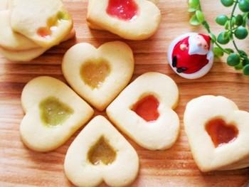 作り方は、クッキー生地に抜型などで穴を開け、砕いたキャンディーを入れて、170℃に予熱したオーブンで13~15分程度焼きます。このレシピでは、最初から飴を入れて焼きますので濃い目の色の飴を使います。薄い色ですと、変色したり、焦げやすいようです。