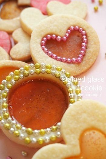 きらきらと輝くウィンクルアラザンをまわりにあしらったステンドグラスクッキー。まるで宝石のような美しさ♪ずっと眺めていたくなりますね。