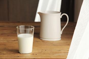 毎朝、このグラスで牛乳を飲むと元気になれそうな気持ちが湧き上がってきます。シンプルなグラスに真っ白な牛乳がよく似合います。