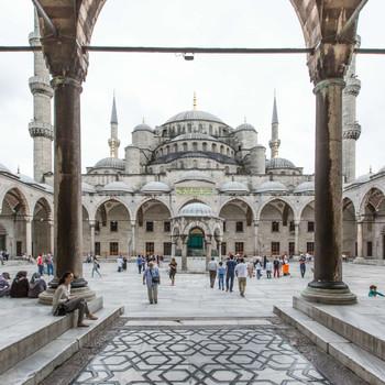 国民の99%がイスラム教にも関わらず、お酒が飲めたり、露出のあるベリーダンスがオッケーだったり、ちょっと変わっているトルコ。親日家がとっても多いことでも有名ですよね。  今回は「トルコに旅行に行ったら絶対にしたい12のこと」を実際に旅行した筆者がご紹介します。