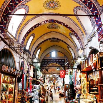 世界最大級の規模を誇る「グランドバザール」は、一歩足を踏み入れれば別世界、まるで迷路のような市場なんです。可愛いトルコの小物に目移りしちゃいますよ!